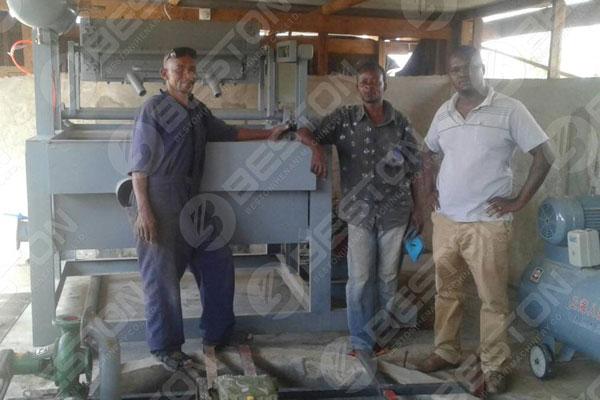 Clients de machine de fabrication de plateaux à œufs de Tanzanie