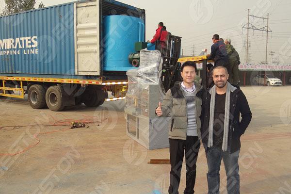 Les clients visitent l'usine